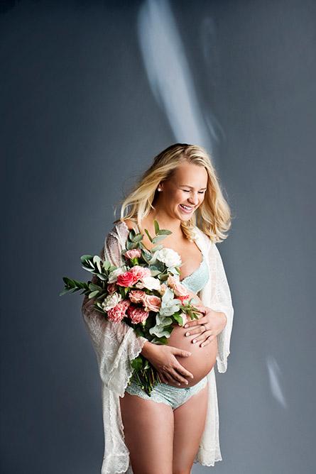 Blomster og gravidfoto i vårt fotostudio.